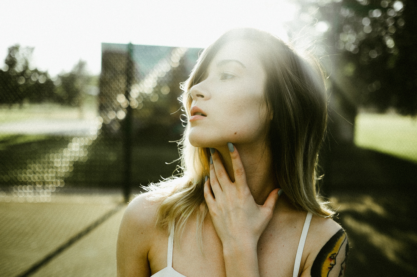 Kobieta dotyka szyi.